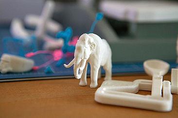 Mehrere, aus verschiedenen Materialen gefertigte Prototypen. Vorne ist ein aus Ton gefertigter Elefant.